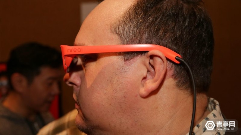 09-nreal-mixed-reality-glasses