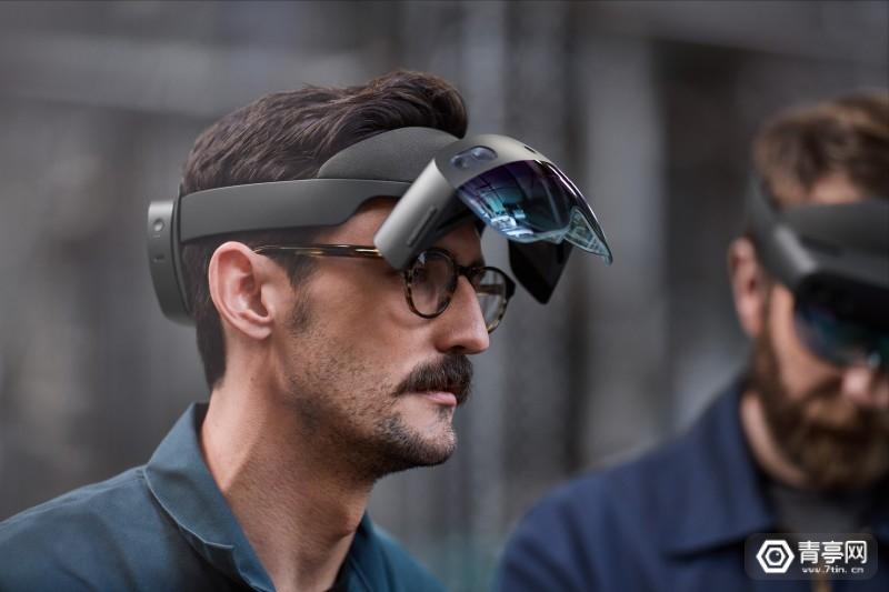 HoloLens2_VisorFLip_Lifestyle