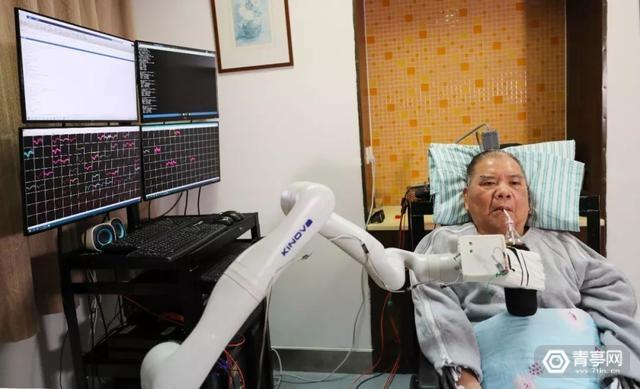 国内首例植入式脑机接口临床研究,高位截瘫患者用意念喝可乐
