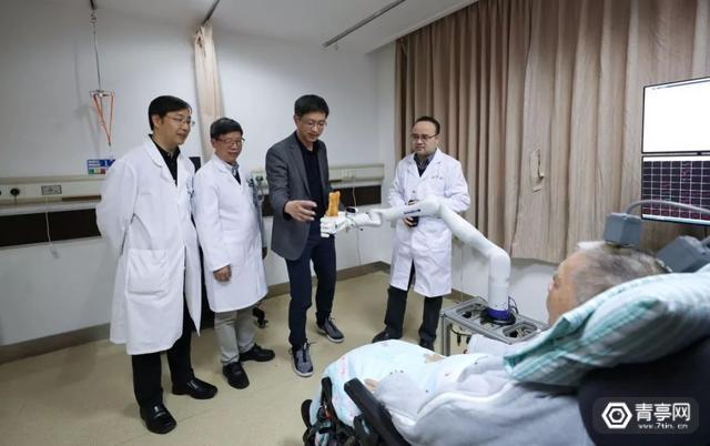 浙江大学 脑机 72岁高位截瘫患者用意念喝可乐、打麻将